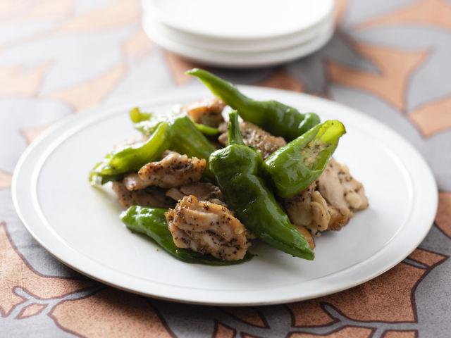 万願寺唐辛子と胡椒鶏のチリチリ焼き