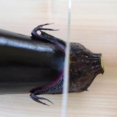 ヘタをくるっと見回し、果肉にかかる部分が一番短いところ(顔に見える、おでこ部分)に包丁を入れる