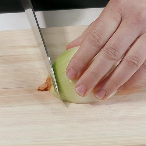 逆向きにして皮の部分を切り落とす。