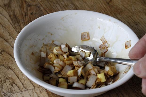 お気に入りの醤油に刻んだ葱を加えて混ぜる。 これが、中華の調味料になる。