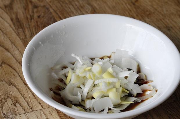 こちらの葱は粗みじん切り。 醤油にチャポ。この後まぜて、なじませる。