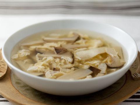 卵ときのこの中華スープ