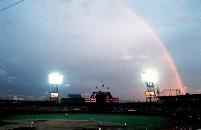 1984年の西宮球場。雨上がりで虹が架かった